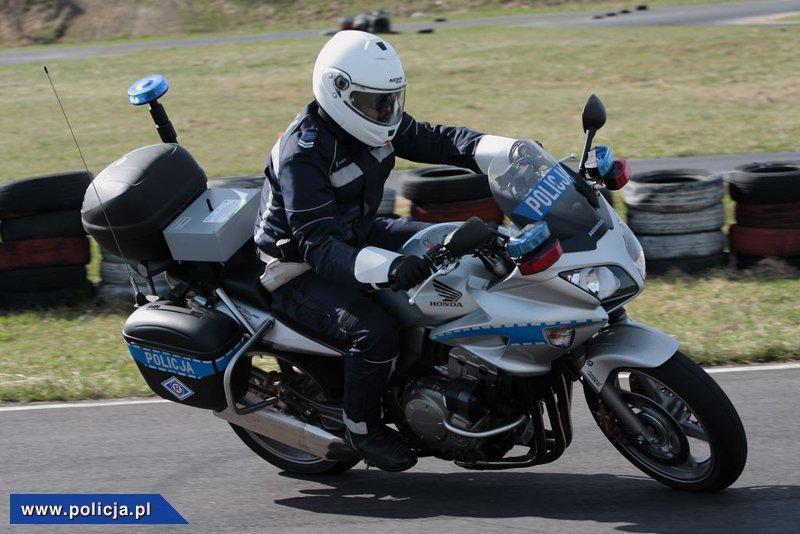 Patrole motocyklowe wyjechały na drogi. Koniec beztroskich manewrów. W każdej chwili za takim kierowcą może pojawić się patrol motocyklowy.