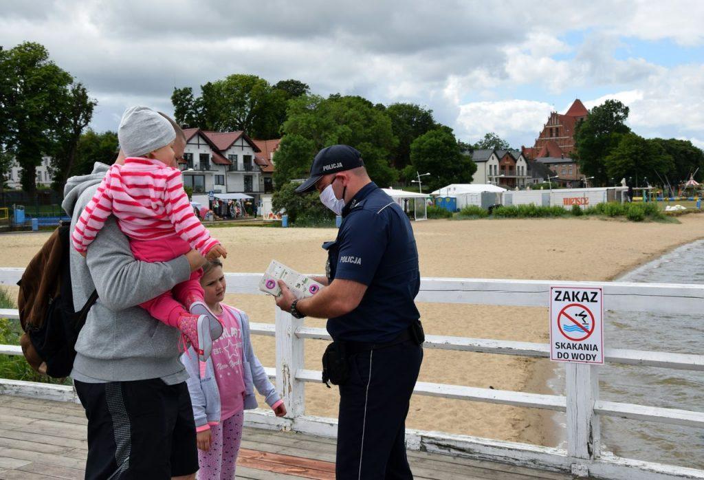 Policyjna akcja rozdawania opasek na rękę z możliwością zapisania numeru do rodzica dziecka jest ze wszech miar godna pochwał.