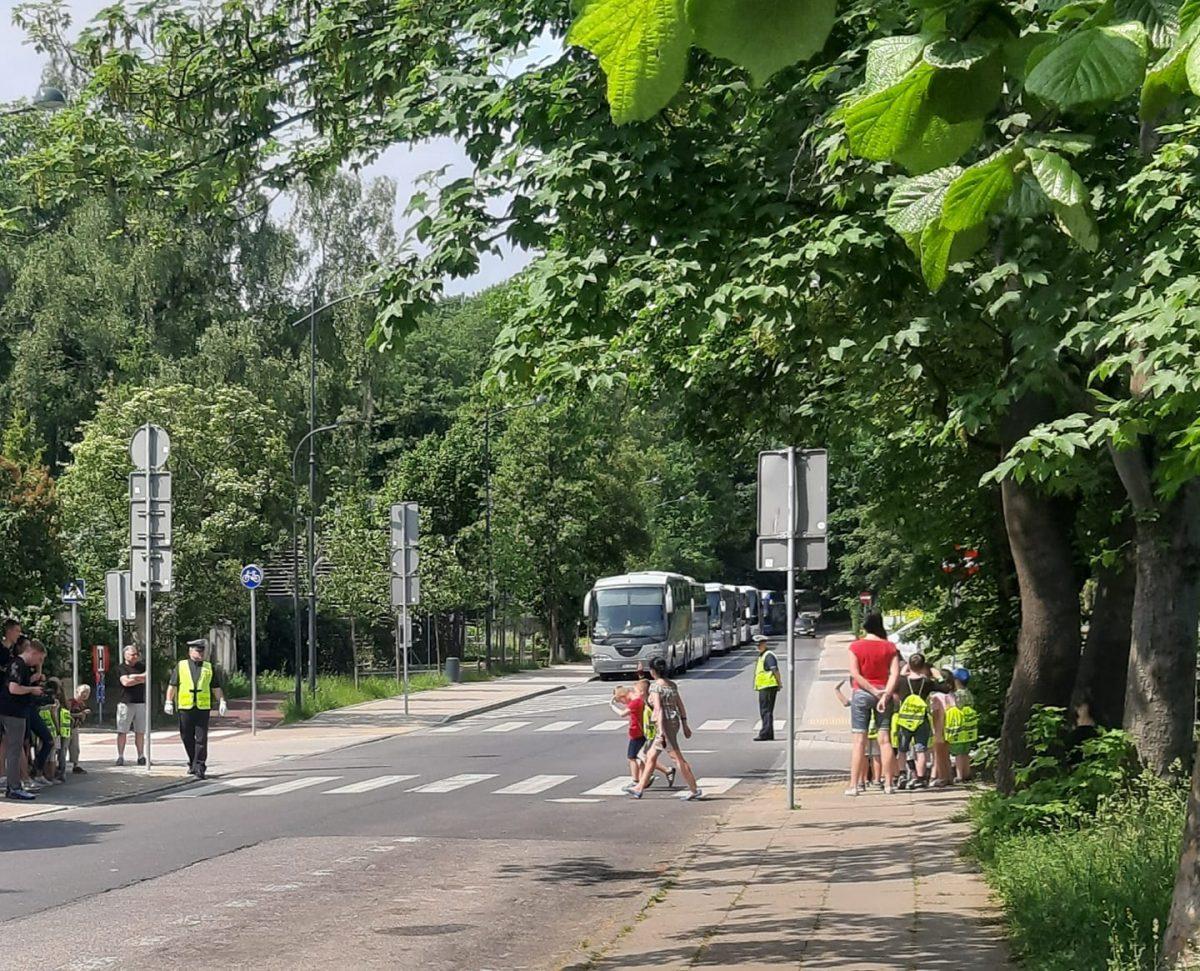 Nauka przechodzenia przez ulicę dla dzieci. Czy z policjantem? Czy w teorii?