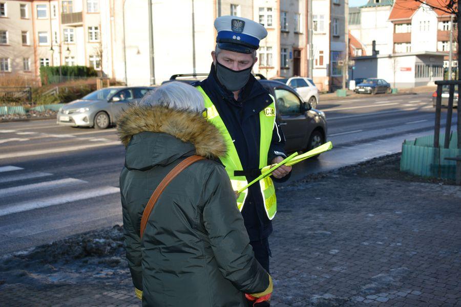 Policjanci rozdają opaski odblaskowe nawet w miastach. Ma to sens.