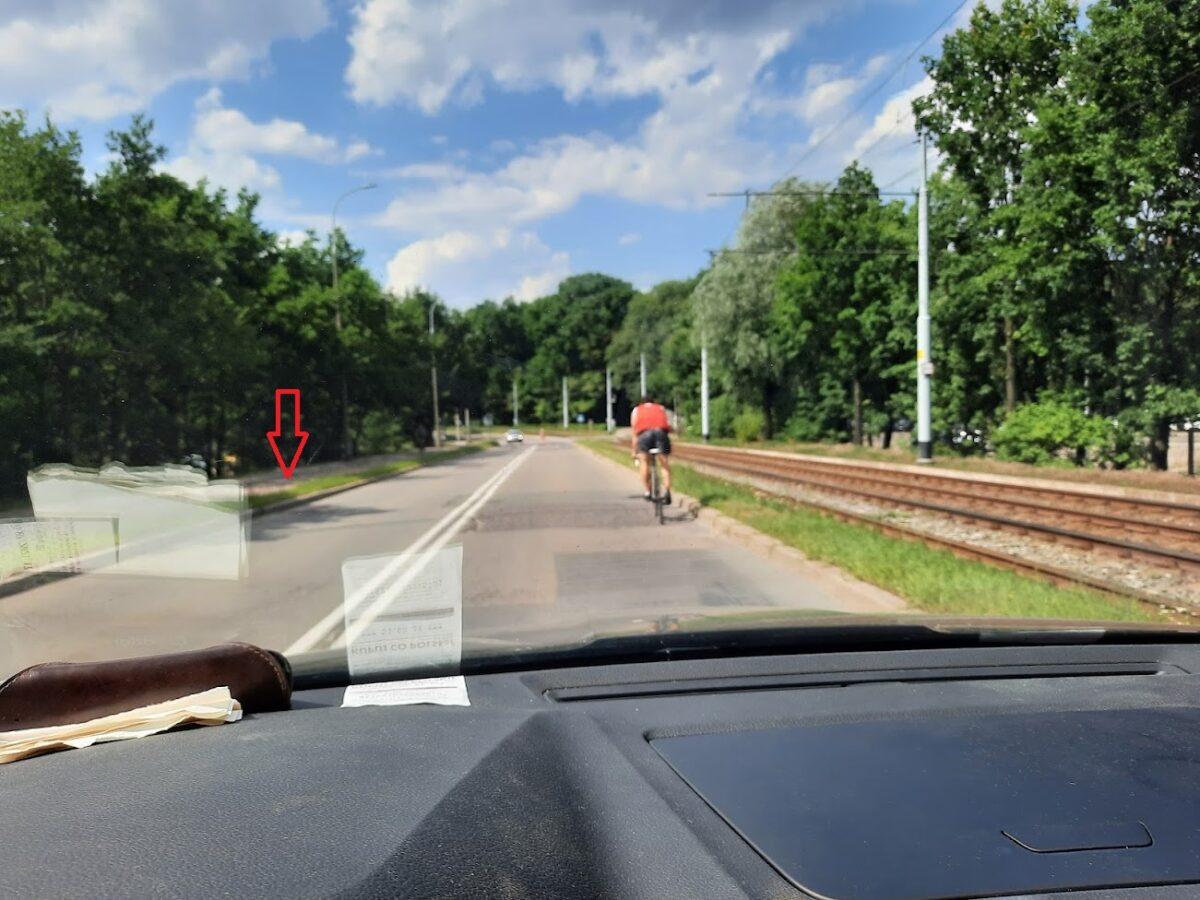 Na poboczu droga dla rowerów, a on jedzie ulicą. Czy tak promowani rowerzyści znają przepisy ruchu drogowego?